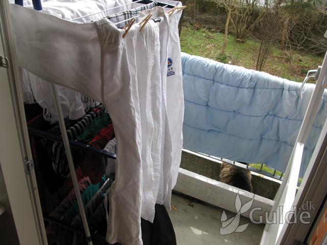 Dyne og vasketøj på altanen: tørrestativ og galender