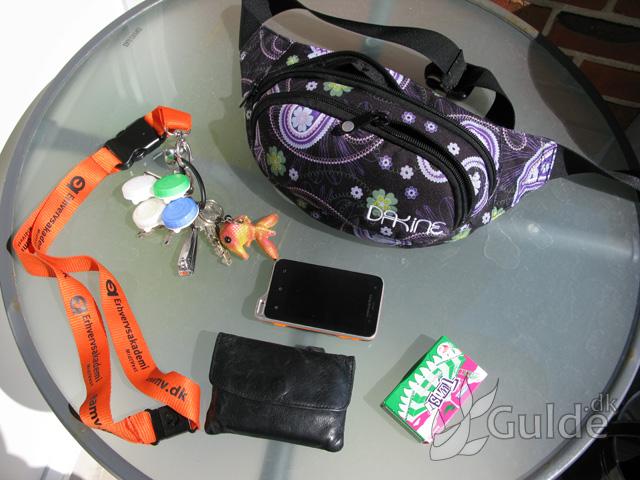 Nøgler, pung, mobil og tyggegumme, mine nødvendigheder lige nu, pænt pakket min bæltepung/mavebælte