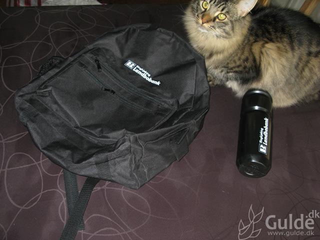 Tambola præmier: Landbobanken taske, drikkedunk og fed Fluffy-kat (sidstnævnte hverken fra tambola eller landbobanken)