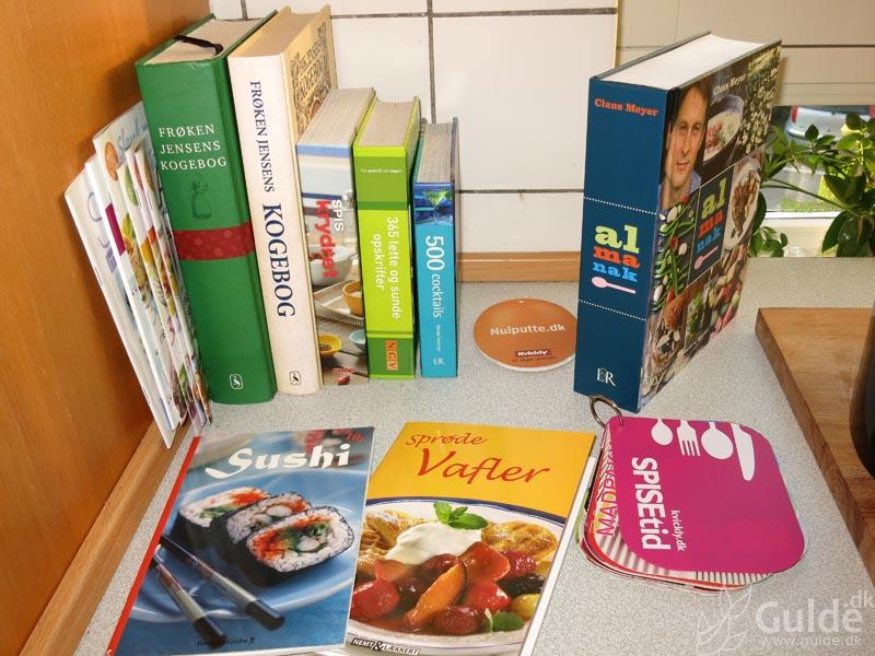 Mine bøger, kogebøgerne samlet i køkkenet (de står ikke alle der normalt)