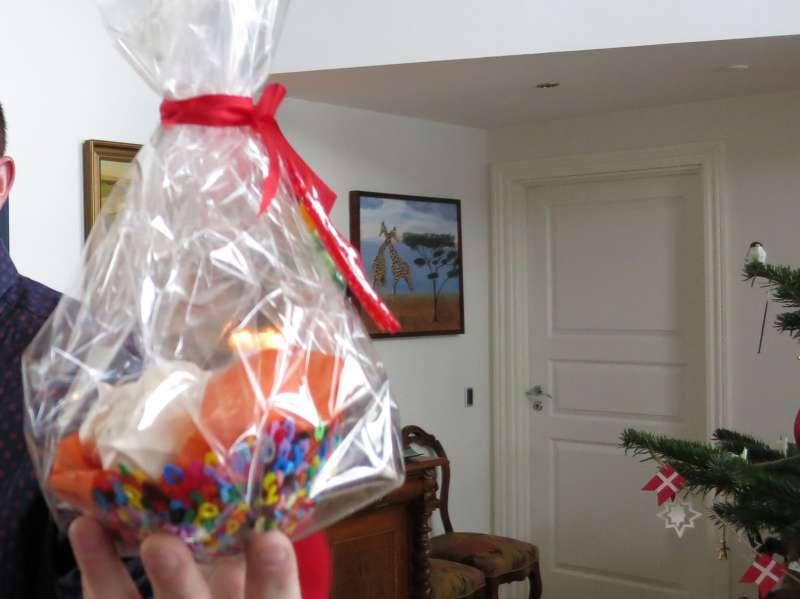 Fin gave fra Emil's nivø og niecer, skål af hamaperler med marrengs i