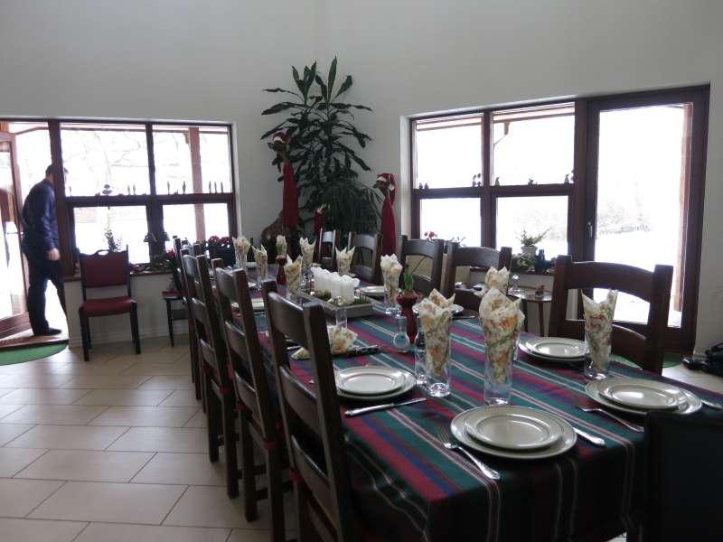 Dækket frokost bord, og med de julepyntede giraffer bagved