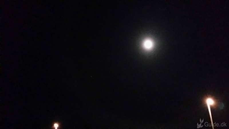 Måne halo, lysring om månen... Smukt fænomen, lorte ringe mobil kamera kvalitet