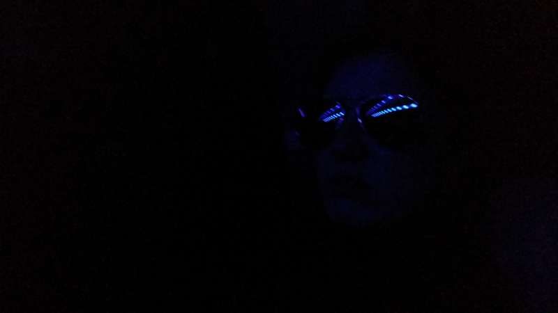 Episk smarte Bong i solbriller... Godt alternariv til sovemaske, ikke?